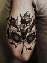 手臂非常有个性的骷髅树叶纹身