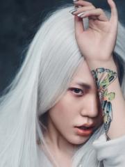 明星吴莫愁白发魔女造型秀手臂彩绘纹身