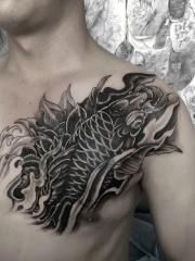 帅气男士胸部黑白鲤鱼纹身图案