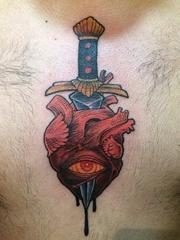 男性正前胸口上的眼睛,心臟匕首紋身圖片