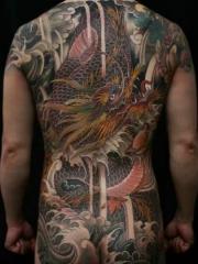 霸气无敌的满背彩色大邪龙海浪纹身图案