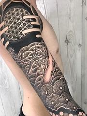 男性超霸气的几何满臂纹身图案来自纹身师尼萨科