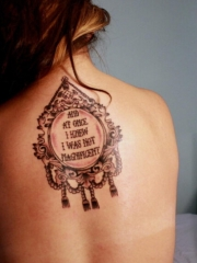 女性背部镜子英文字母纹身图案