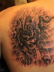 男性背部個性招財貔貅紋身圖案