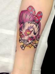 小臂头戴蝴蝶结的彩色小骷髅纹身图案