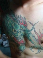 男人胸膛青龙纹身图片
