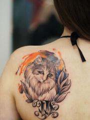 后背处可爱的猫咪花蕊纹身图