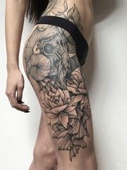 女性大腿羊骷髅鲜花蕊个性纹身