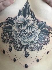 女性胸骨上黑灰色装饰风格牡丹花和吊坠纹身图片