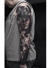 经典的黑灰色花臂纹身图案来自于男纹身师西尔瓦诺
