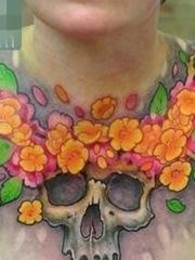 前胸简单好看的骷髅与花卉纹身图案