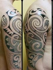 男性强壮有力的花臂部落图腾纹身图案