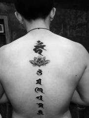 蓮花與梵文一起的背部脊椎紋身圖案