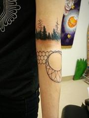 男性左手臂膀上的几何图形黑色森林臂环纹身图片