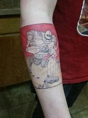 手臂上可爱的卡通机器人臂环纹身图片