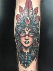 手臂上彩色的人物肖像纹身印第安人纹身图片