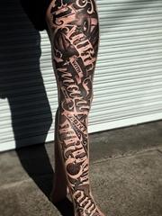 男性花腿紋身黑色幾何點刺紋身花體英文字紋身圖案