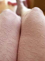 腿部满腿的英文字母隐形纹身