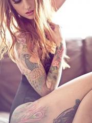 美女手臂孔雀彩绘纹身图案