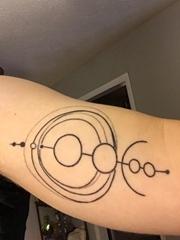手臂上黑色简单特性线条纹身星球小宇宙纹身图片