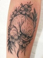 手臂上黑灰色素描纹身小花朵和老鼠纹身植物图片