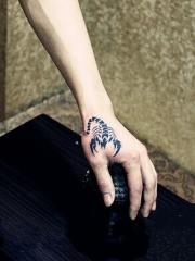 手背个性时尚的蝎子纹身图案