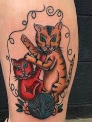 小腿上的红黄色两只可爱的猫纹身