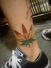 小腿处一片彩色枫叶纹身图案