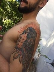 男性左手臂上黑色老鹰纹身植物图片