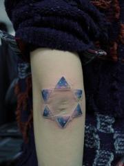 女人手臂漂亮的彩色星空六芒星紋身