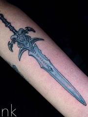 霸气的彩色手臂剑纹身图片