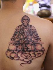 背部个性的斗战胜佛和祥云纹身图片
