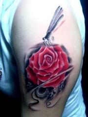 手臂彩绘玫瑰与蜻蜓纹身图案