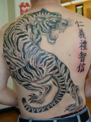 男性满背霸气的老虎和汉字纹身图片