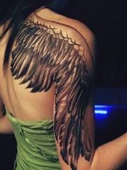 女性右肩后背手臂翅膀纹身图片