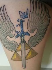 大腿上彩色的黑曜石和剑和天使翅膀纹身图片