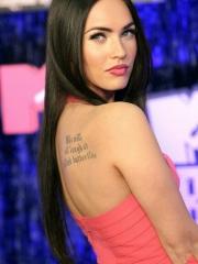 变形金刚女主角梅根福克斯后背字母性感纹身图案