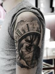 手臂黑灰时钟人像字母纹身图片