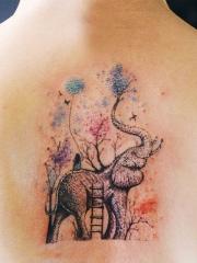 女生背部梦幻大象彩色纹身图案