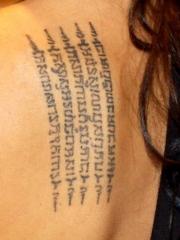 安吉丽娜朱莉后背经文纹身图案