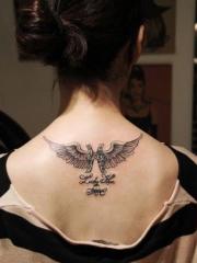 双鱼座符号和翅膀背部时尚纹身图案
