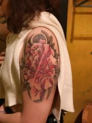 个性女孩手臂鲜艳的牡丹花纹身图案
