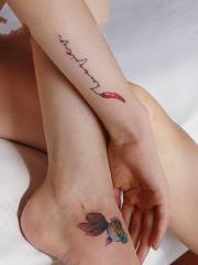 女生脚背金鱼和手臂辣椒个性纹身图案