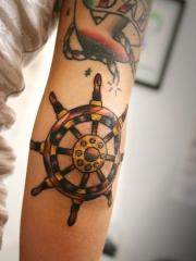 手臂彩色船舵纹身图案