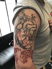 男性航海主题半袖心脏世界地图和指南针纹身