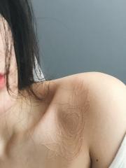 美女锁骨处隐形玫瑰纹身图案