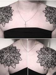 女性肩膀上黑色几何纹身曼陀罗图案纹身