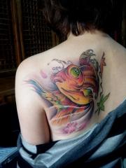 后背漂亮的金鱼纹身图案