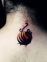 女孩颈部彩色图腾凤凰刺青图案