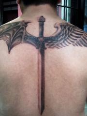 背部翅膀与宝剑纹身图案